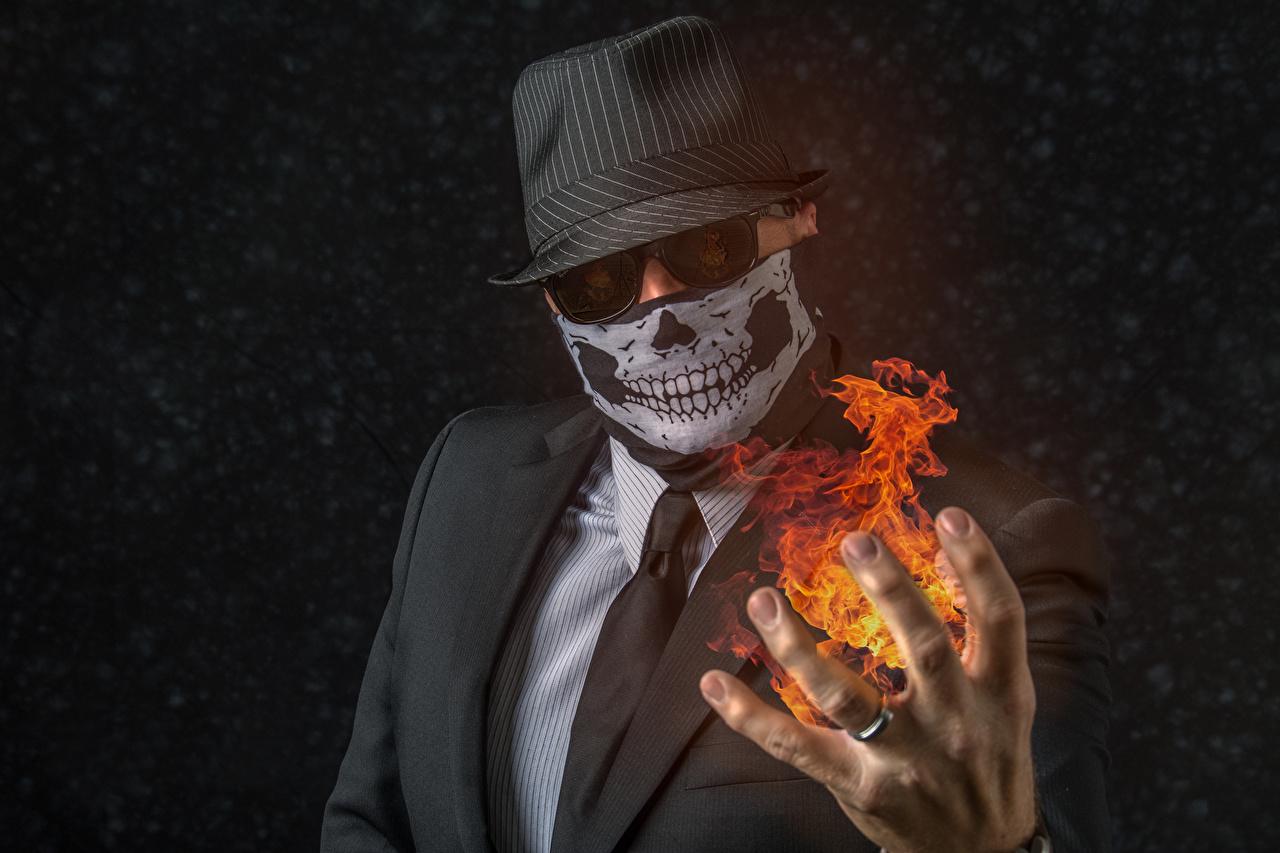 Картинки Мужчины шляпы галстуке Огонь Руки Маски костюме мужчина Шляпа шляпе Галстук галстуком пламя рука Костюм костюма классический костюм