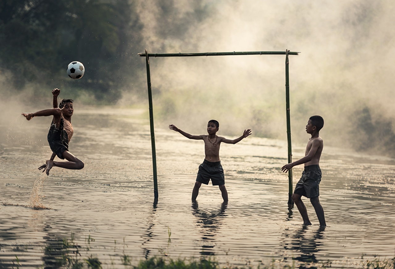 Картинки Мальчики тумане ребёнок Футбол азиатка Мячик втроем мальчик мальчишки мальчишка Дети Туман тумана Азиаты азиатки Мяч три Трое 3