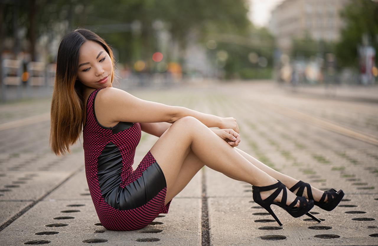 Фото Шатенка боке Девушки Ноги азиатки Руки Сбоку сидящие Платье Туфли шатенки Размытый фон девушка молодая женщина молодые женщины ног Азиаты азиатка рука сидя Сидит платья туфель туфлях