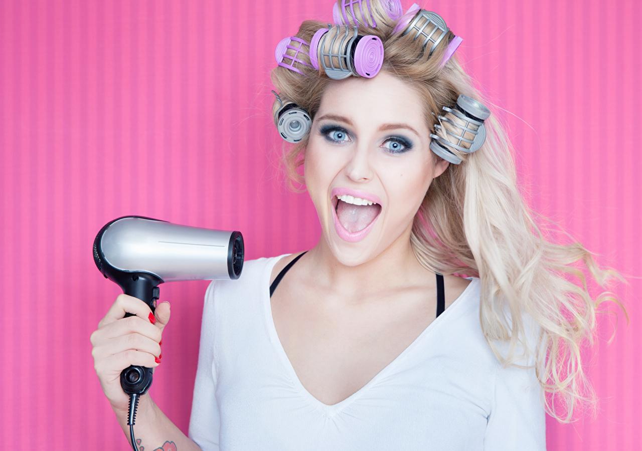 Фото Девушки Блондинка Фен Волосы смотрит Цветной фон Взгляд