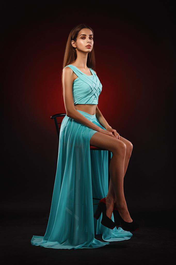Картинки Девушки Liza смотрит платья Стулья Viacheslav Krivonos Ноги Сидит  для мобильного телефона девушка молодая женщина молодые женщины Взгляд смотрят Платье стул ног сидя сидящие