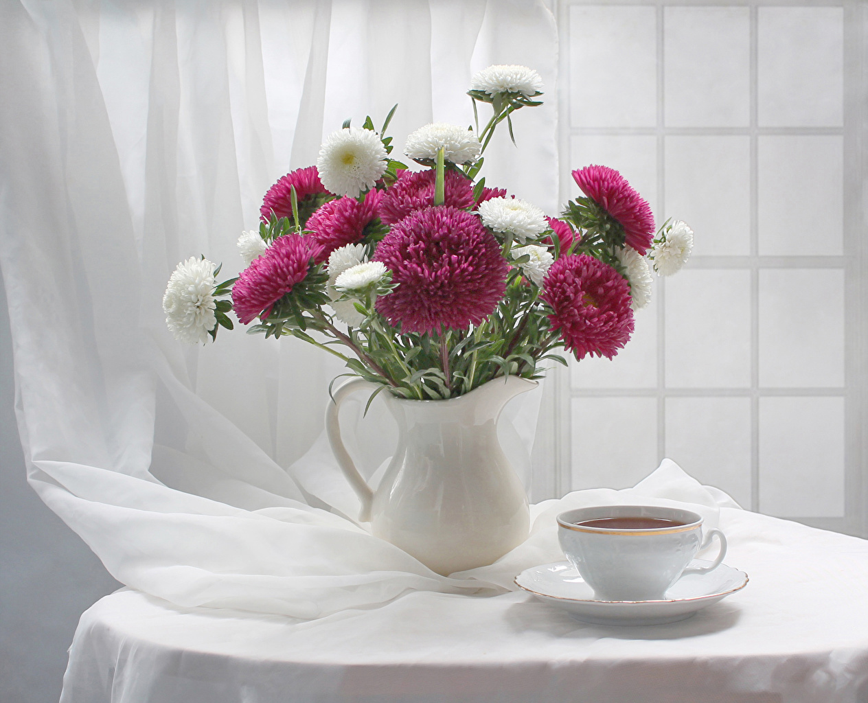 Фото Цветы Астры вазе стола Чашка Натюрморт Стол Ваза вазы столы чашке