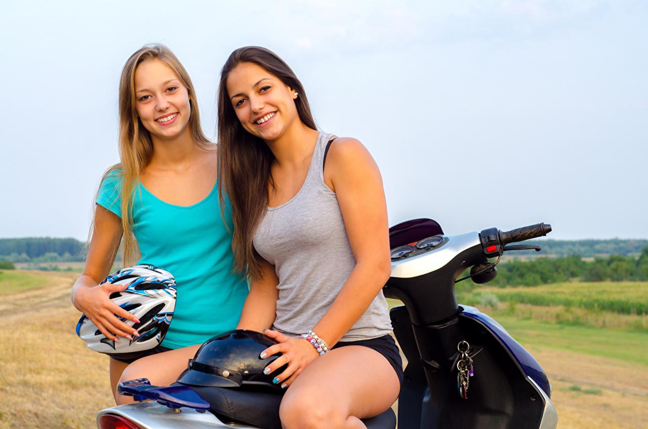 Фото в шлеме Улыбка два Девушки Майка Мотоциклист Шлем шлема улыбается 2 две Двое вдвоем девушка молодая женщина молодые женщины майки майке