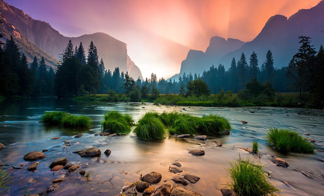 Картинка Йосемити Калифорния штаты Горы Природа Леса Парки Пейзаж Рассветы и закаты Трава речка Камень США Реки Камни