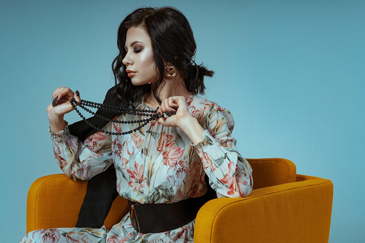 Обои для рабочего стола Брюнетка Kirill Sokolov, Elena Девушки Ожерелье Кресло сидящие Платье Украшения брюнетки брюнеток девушка ожерелья ожерельем молодая женщина молодые женщины сидя Сидит платья