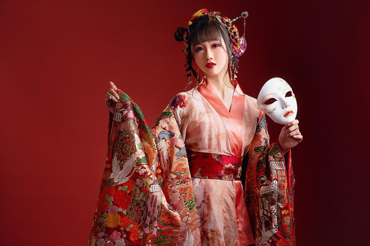 Фотографии Кимоно девушка Азиаты Маски Взгляд Красный фон Девушки молодая женщина молодые женщины азиатки азиатка смотрит смотрят красном фоне