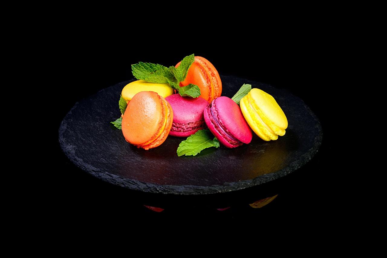 Фото Макарон Пища Печенье на черном фоне Еда Продукты питания Черный фон