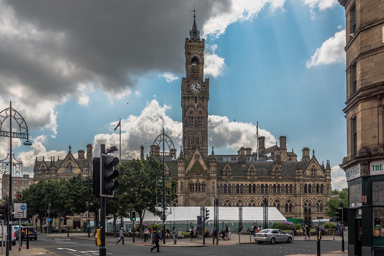 Фото Англия Башня городской площади Bradford City Hall Часы Люди город облачно башни Городская площадь Облака облако Города