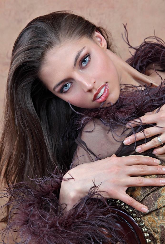 Фотографии FERGIE A Valentina Kolesnikova Шатенка Красивые Волосы молодая женщина Руки смотрят  для мобильного телефона шатенки красивый красивая волос Девушки девушка молодые женщины рука Взгляд смотрит