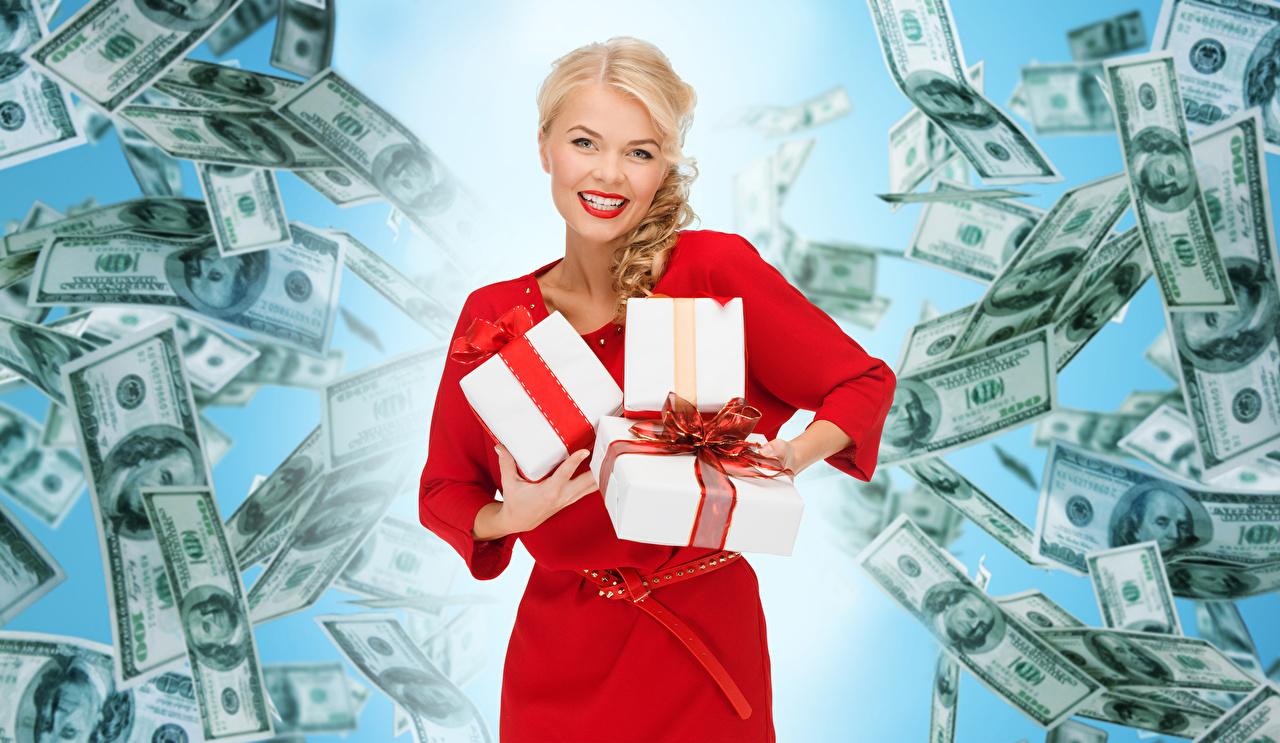 Фотография Купюры Доллары Блондинка Улыбка Девушки Подарки Взгляд Платье Банкноты смотрит