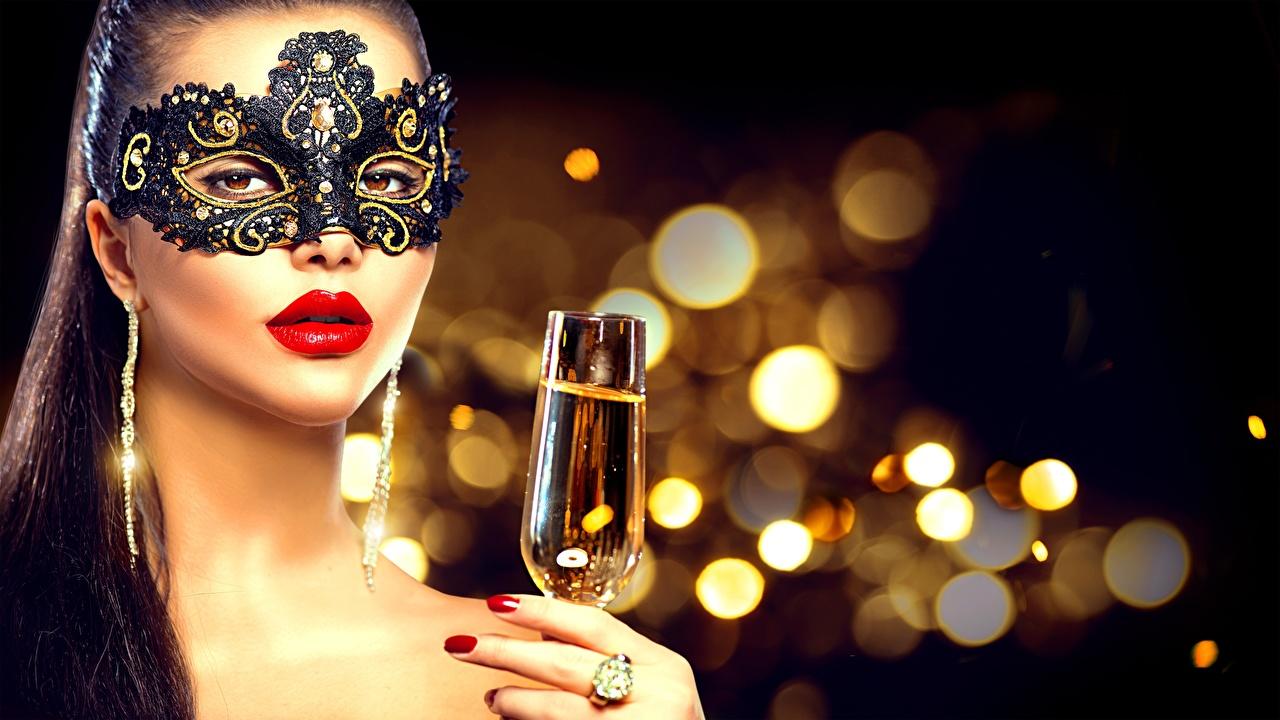 Обои для рабочего стола Новый год мейкап Размытый фон лица Девушки рука Маски Бокалы красными губами Рождество Макияж косметика на лице боке Лицо девушка молодые женщины молодая женщина Руки бокал Красные губы