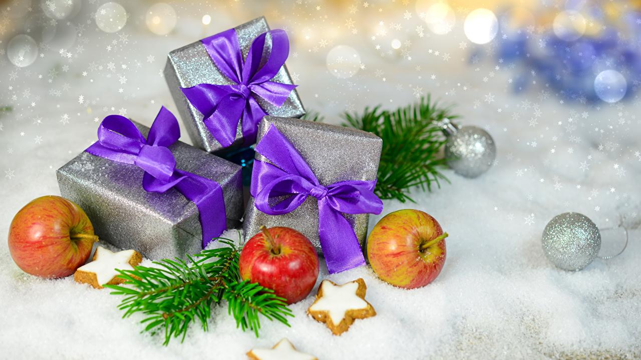 Фото Новый год Снег Яблоки Подарки Шар Бантик Печенье Продукты питания Рождество Еда Пища Шарики