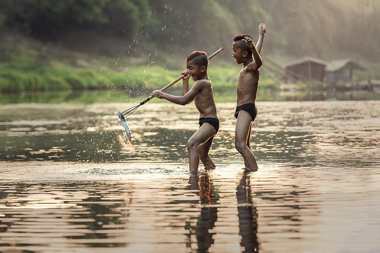 Обои для рабочего стола Рыбы Мальчики Дети Двое Рыбалка Азиаты речка мальчик мальчишки мальчишка ребёнок 2 две два вдвоем ловля рыбы азиатка азиатки река Реки