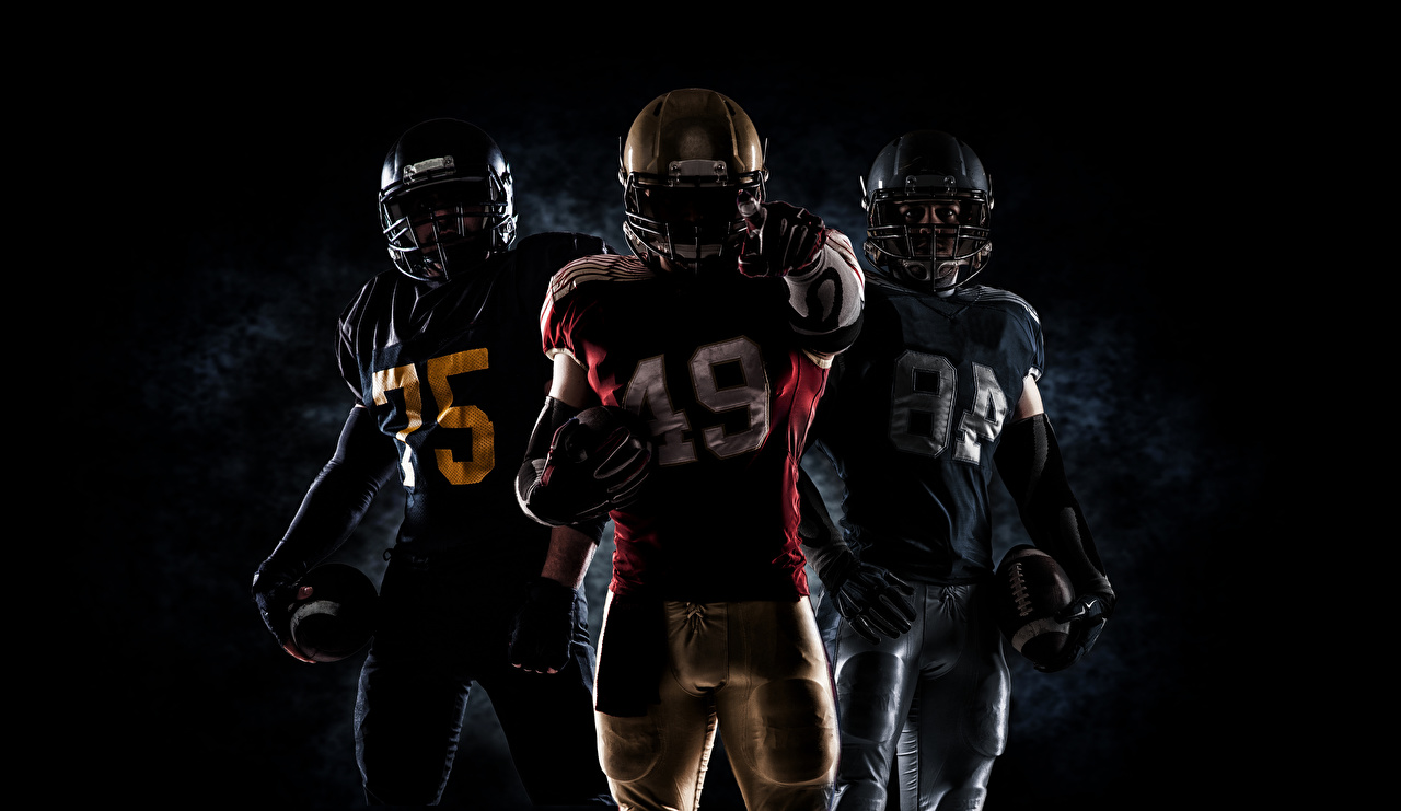 Фото в шлеме Мужчины Американский футбол спортивный Мяч втроем Униформа Шлем шлема Спорт спортивная спортивные три Трое 3 Мячик униформе