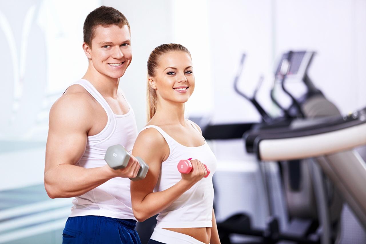 Фотография Мужчины Улыбка Фитнес 2 Спорт Девушки Гантели Майка Двое вдвоем