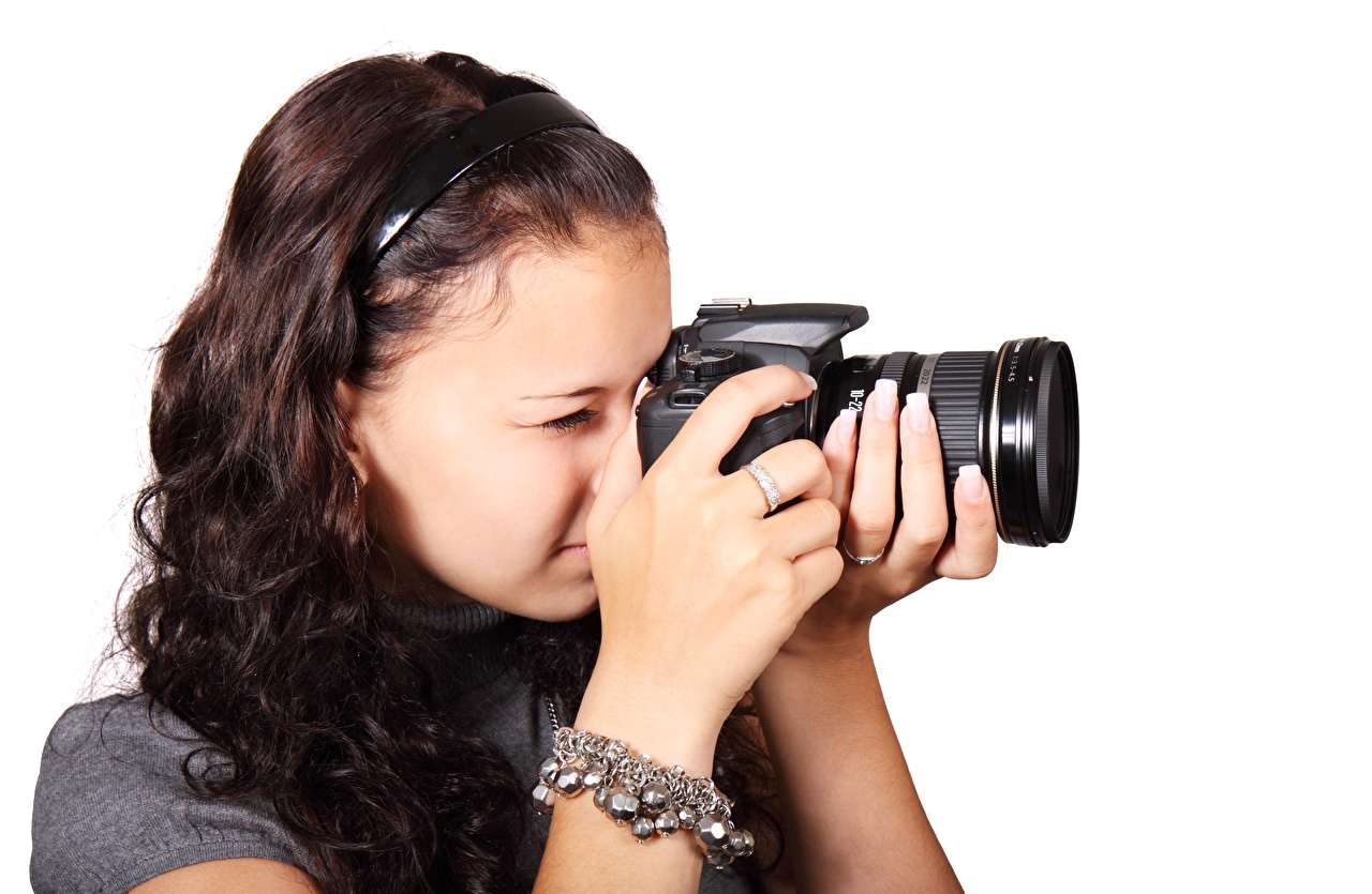 Фотографии шатенки Фотоаппарат Фотограф молодая женщина рука белым фоном Шатенка фотокамера девушка Девушки молодые женщины Руки Белый фон белом фоне