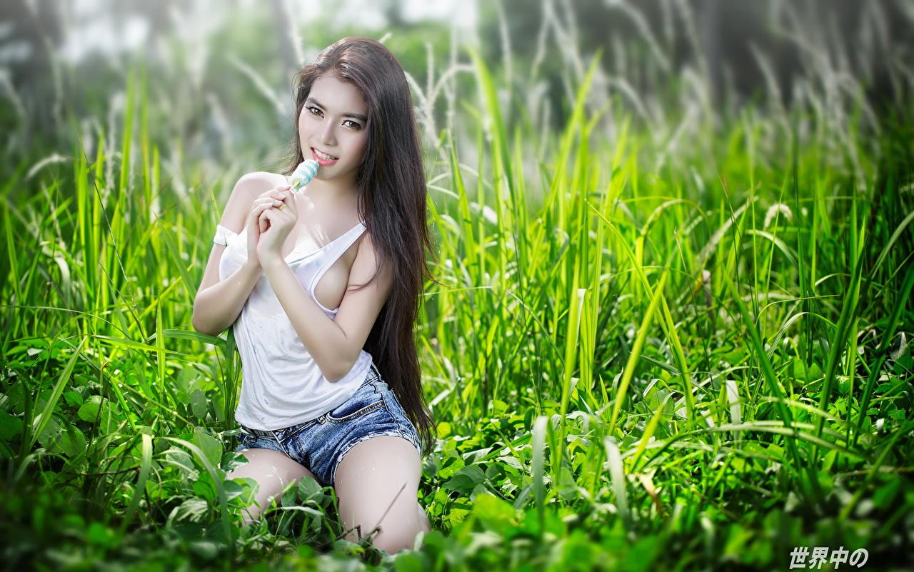 Картинки Брюнетка Поза девушка майке азиатки рука Трава шортах Взгляд брюнетки брюнеток позирует Девушки молодая женщина молодые женщины майки Майка Азиаты азиатка шорт Руки траве Шорты смотрит смотрят