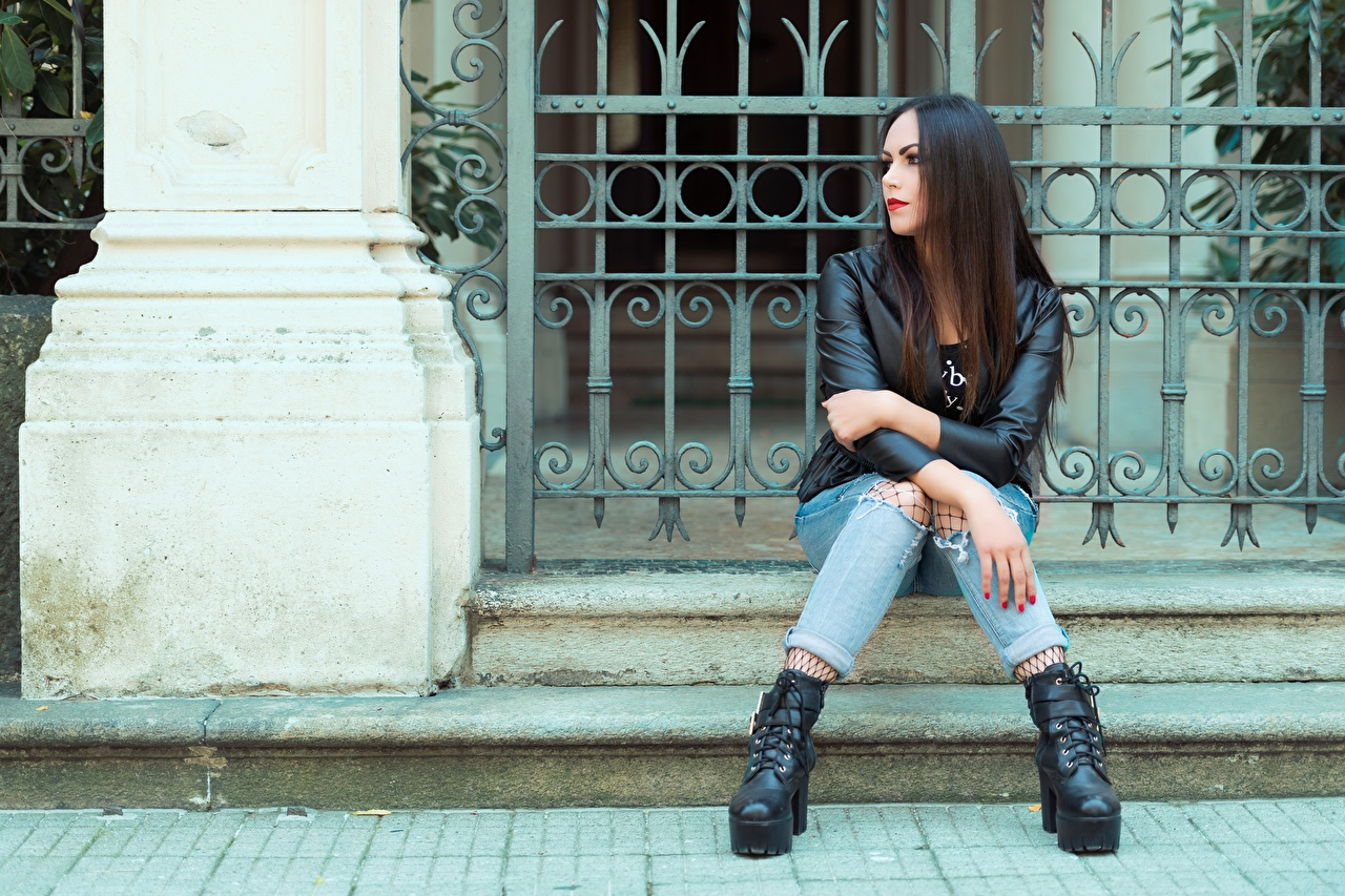 Картинки Брюнетка Valentina куртке Девушки Джинсы Руки сидя брюнеток брюнетки Куртка куртки девушка куртках молодые женщины молодая женщина джинсов рука Сидит сидящие