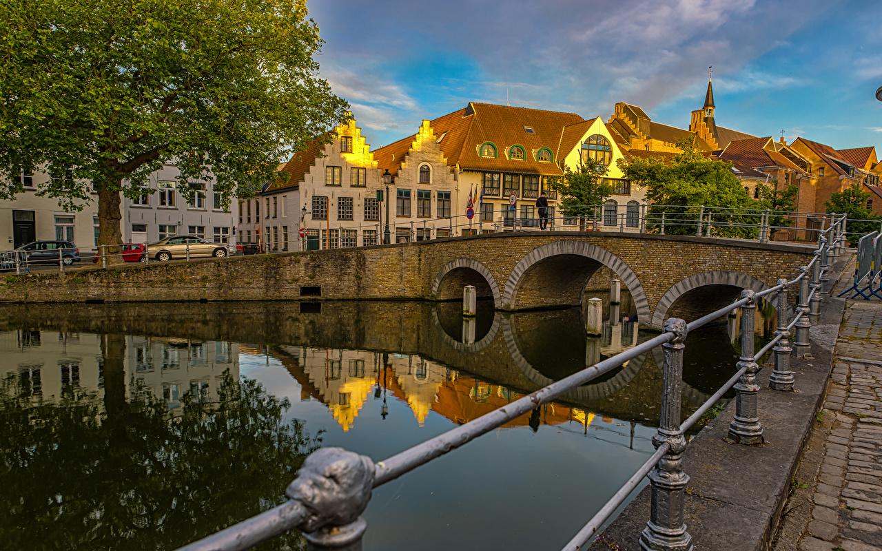 Фото Города Бельгия мост Брюгге Водный канал Дома забора город Мосты Забор ограда Здания забором