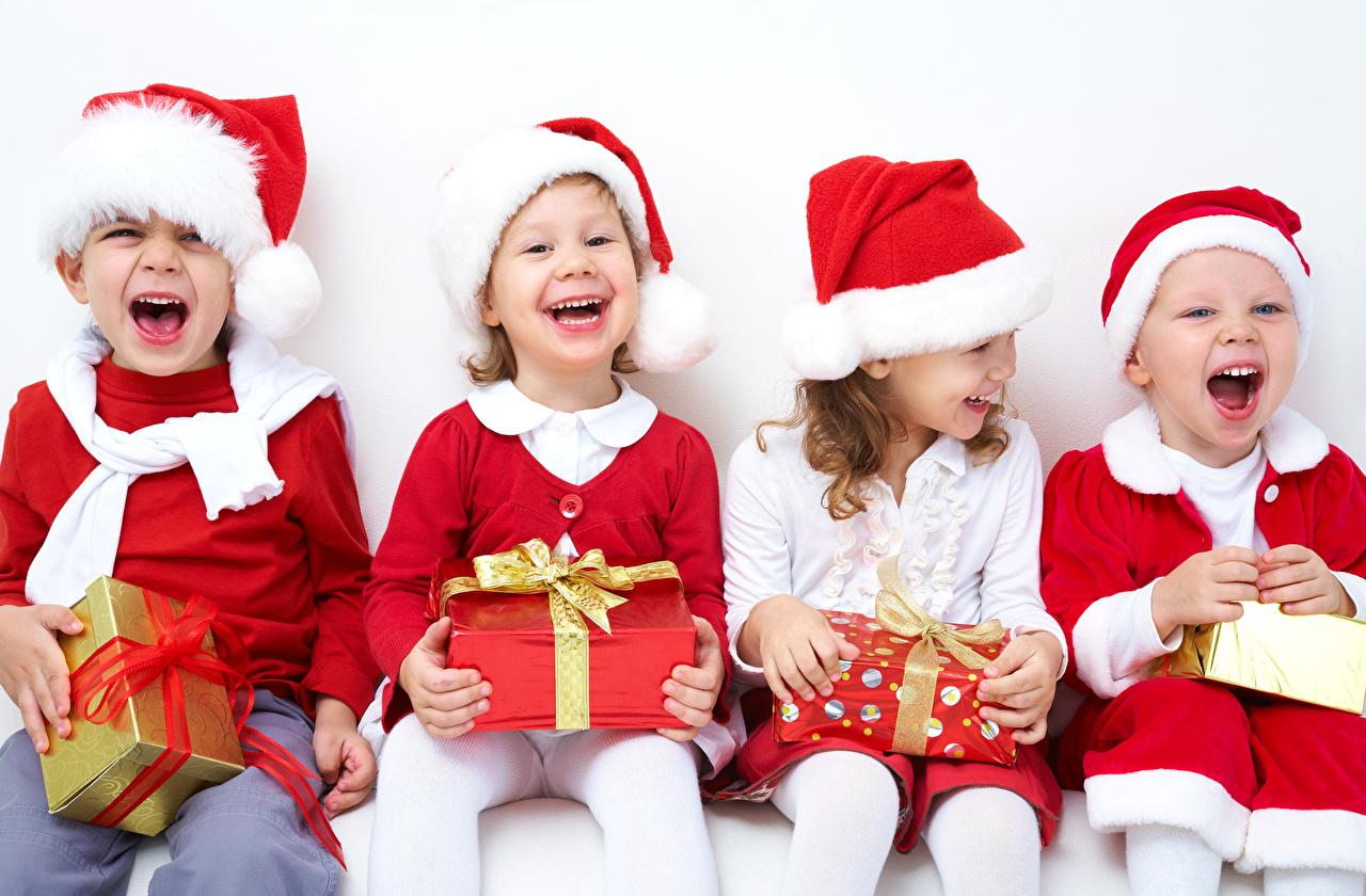 Картинка Девочки мальчишки Рождество смеется счастье ребёнок в шапке Подарки Сидит бантики девочка мальчик Мальчики мальчишка Новый год Смех смеются Радость радостный радостная счастливый счастливые счастливая Дети Шапки шапка подарок подарков бант сидя Бантик сидящие