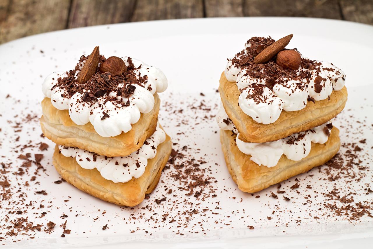 Фотографии Шоколад два Пища Орехи Пирожное сладкая еда 2 две Двое вдвоем Еда Продукты питания Сладости