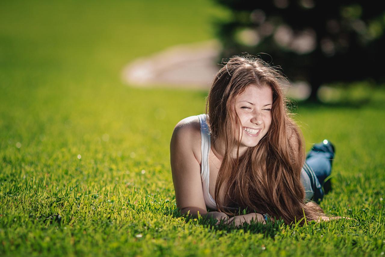 Фотография шатенки улыбается Лежит Размытый фон Миленькие девушка Трава Шатенка Улыбка лежа лежат лежачие боке Милые милый милая Девушки молодая женщина молодые женщины траве