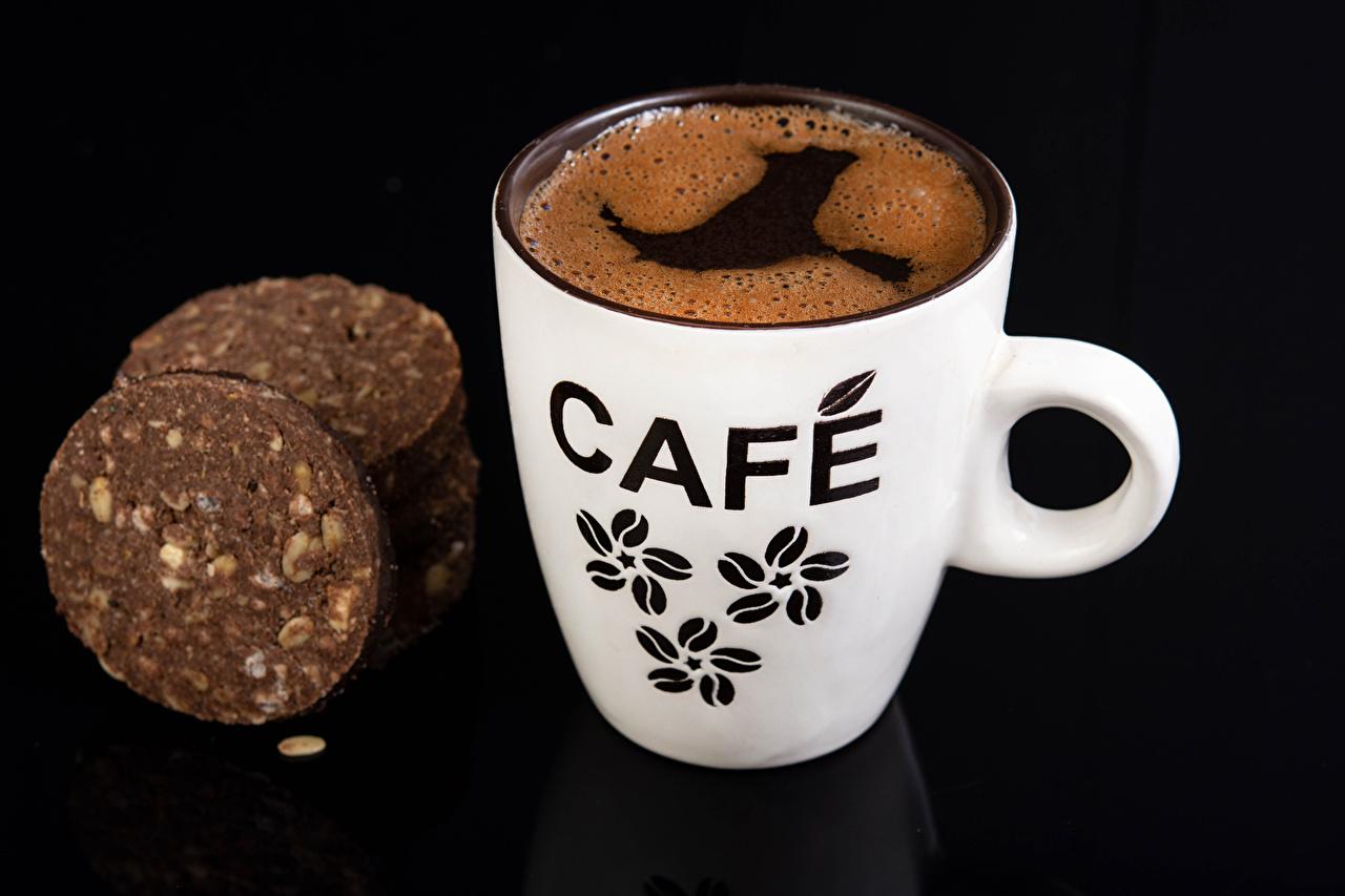 Фотографии Кофе Пища Чашка Печенье Черный фон Еда чашке Продукты питания на черном фоне