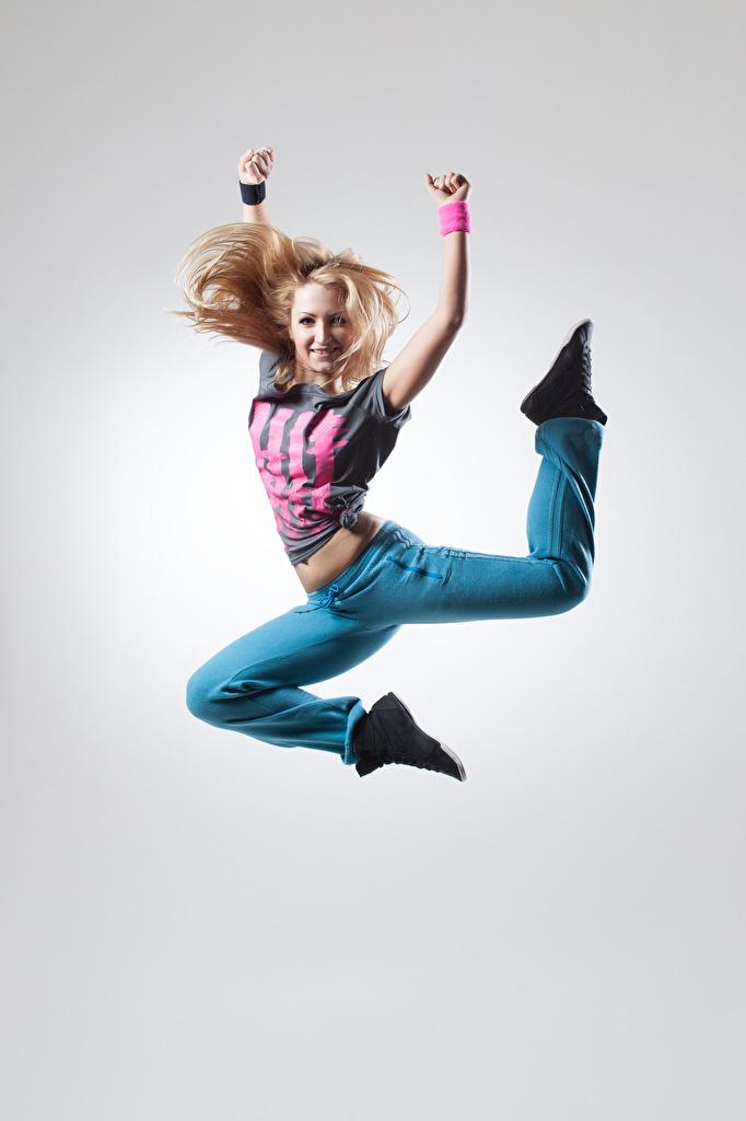 Обои Блондинка Улыбка Девушки Прыжок Руки Серый фон