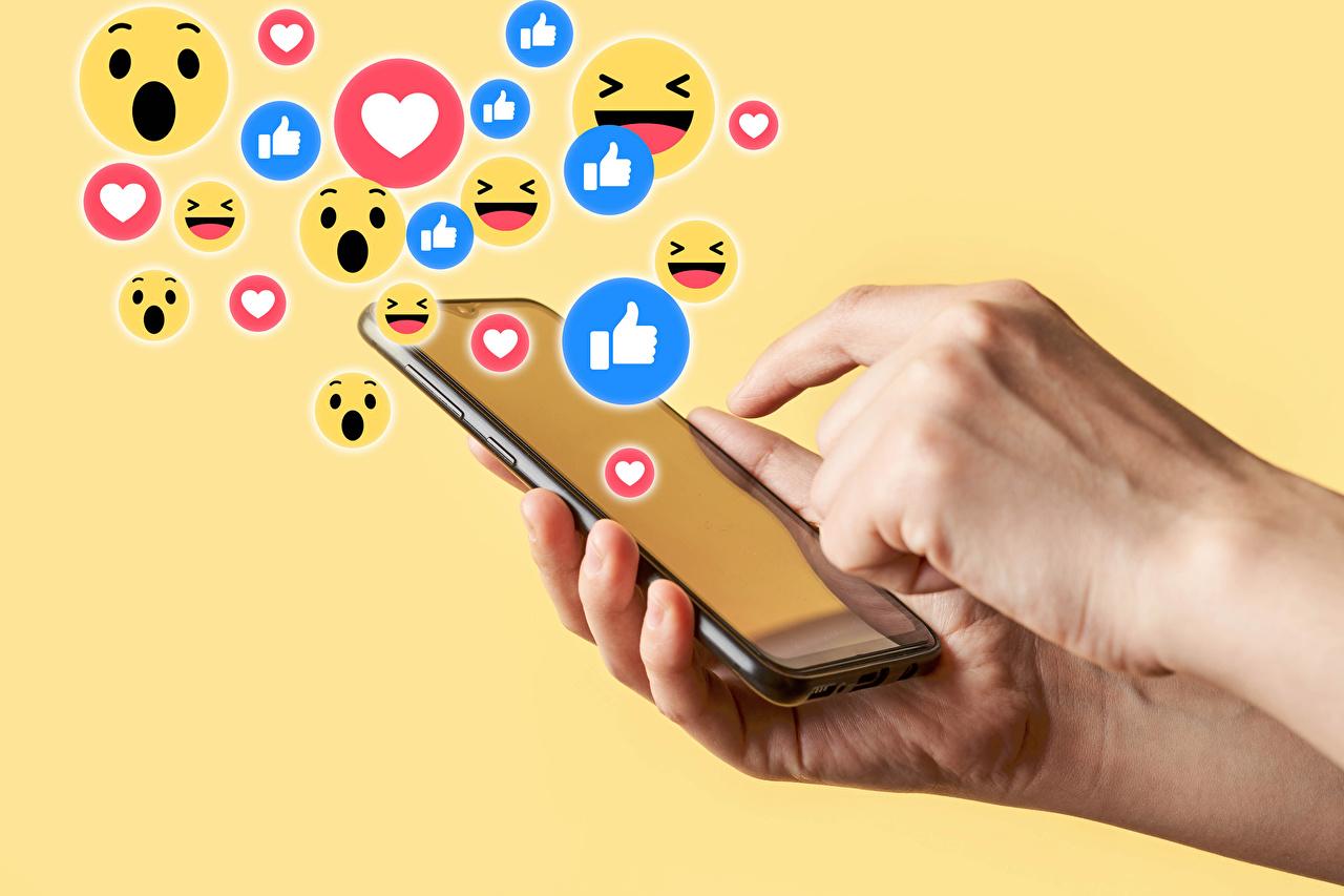 Картинки смайлики Смартфон Руки Цветной фон Смайлы сматфоном смартфоны рука