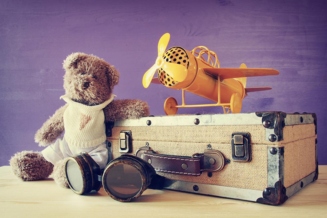 Фотографии Самолеты чемоданом Плюшевый мишка очков Мишки Чемодан чемоданы Очки очках