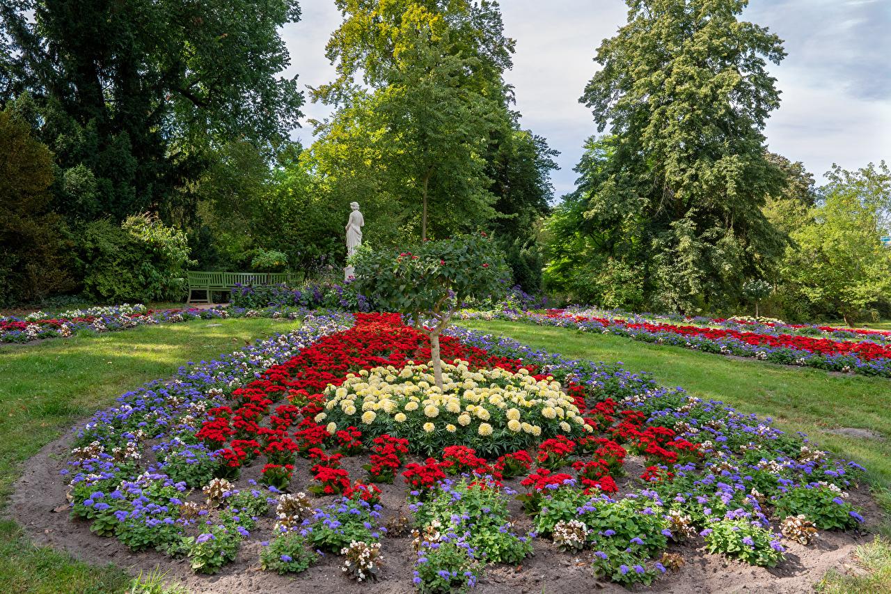 Картинка Потсдам Германия Park Sanssouci Природа парк Георгины дерево Скульптуры Дизайн Парки дерева Деревья деревьев скульптура дизайна