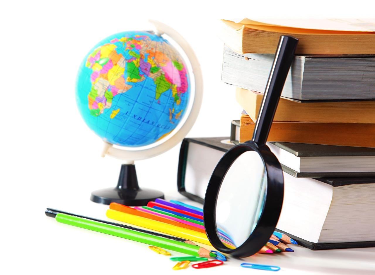 Фотографии Школа Карандаши Увеличительное стекло глобусы Книга белом фоне школьные Лупа карандаш карандаша карандашей Глобус глобусом книги Белый фон белым фоном