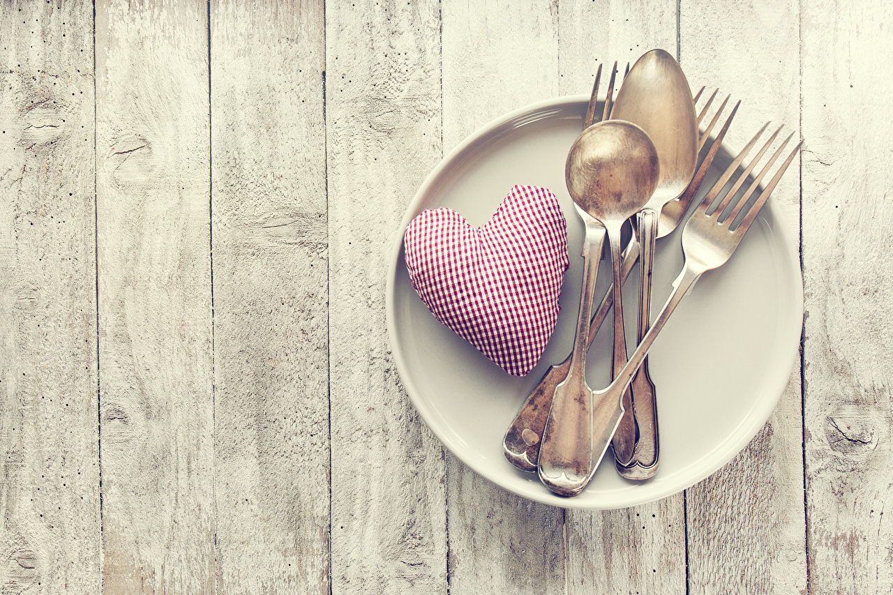 Обои День святого Валентина Сердце Пища Ложка Тарелка Вилка столовая Доски День всех влюблённых сердечко Еда Продукты питания