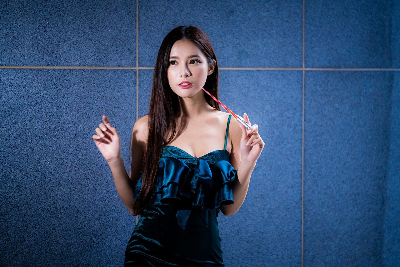 Фотография Девушки азиатки рука Взгляд Платье девушка молодая женщина молодые женщины Азиаты азиатка Руки смотрит смотрят платья