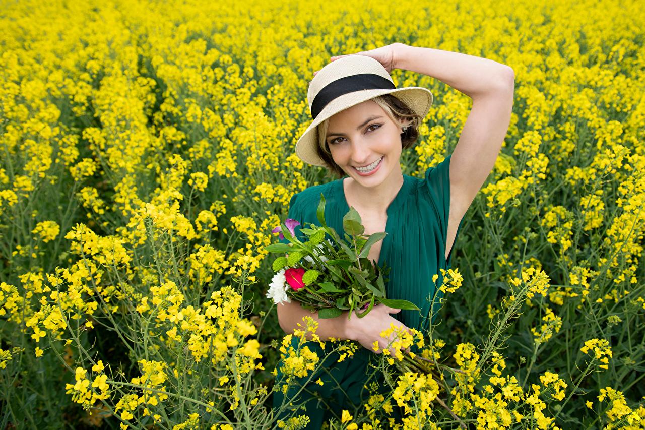 Фотография улыбается Alena букет Рапс Шляпа Девушки Поля Взгляд Улыбка Букеты шляпы шляпе девушка молодая женщина молодые женщины смотрит смотрят
