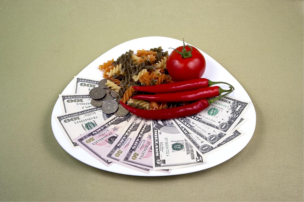 Картинка Монеты Доллары Банкноты Помидоры Макароны Острый перец чили Еда Деньги Тарелка Цветной фон Купюры Томаты Пища тарелке Продукты питания