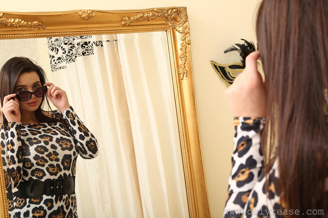 Картинка Kay Only шатенки молодые женщины отражается рука очках зеркала Шатенка девушка Девушки молодая женщина отражении Отражение Очки Руки очков зеркал Зеркало