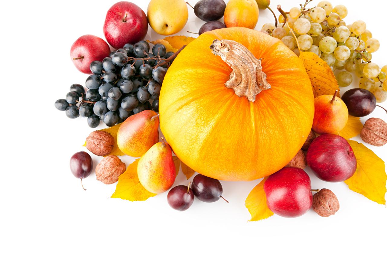 Фото Тыква Сливы Груши Яблоки Виноград Еда Орехи белым фоном Пища Продукты питания Белый фон белом фоне