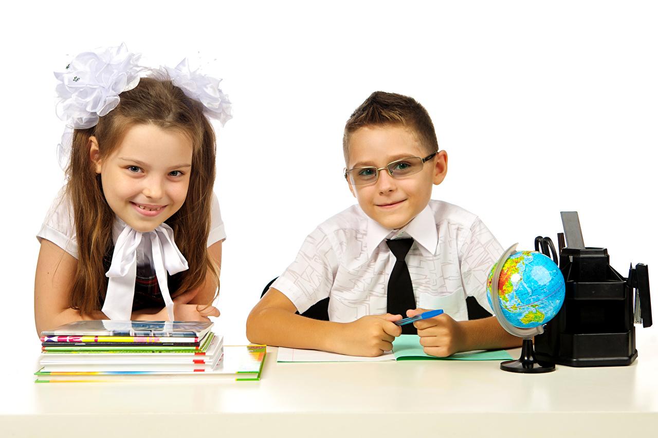 Обои для рабочего стола Девочки мальчишки школьные Глобус улыбается Дети две Тетрадь Очки белым фоном девочка мальчик Мальчики мальчишка Школа Улыбка глобусы глобусом ребёнок 2 два Двое вдвоем очках очков Белый фон белом фоне