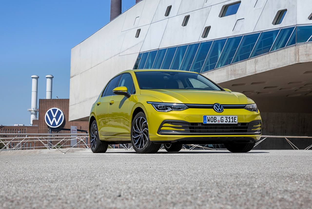 Картинка Volkswagen Golf eHYBRID, 2020 желтых Спереди Металлик автомобиль Фольксваген желтая желтые Желтый авто машины машина Автомобили
