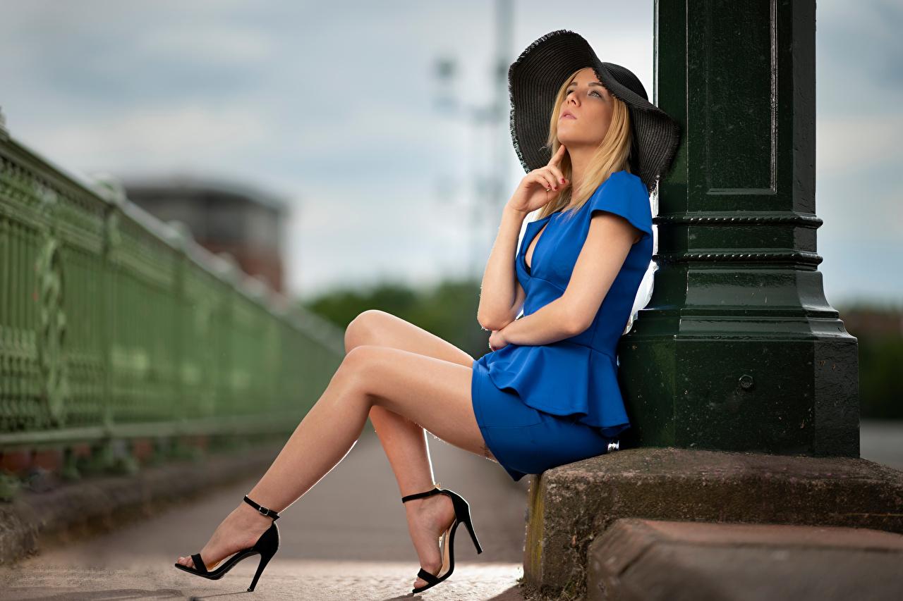 Фотография блондинок боке Поза Шляпа молодая женщина Ноги сидя Блондинка блондинки Размытый фон позирует шляпы шляпе Девушки девушка молодые женщины ног Сидит сидящие