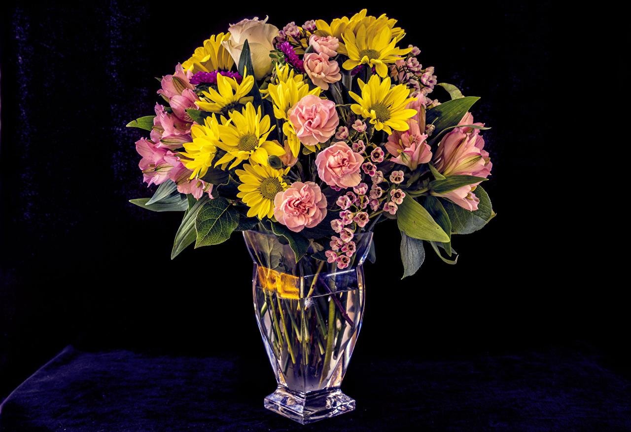Фотографии Розы цветок Хризантемы Альстрёмерия Ваза на черном фоне роза Цветы вазе вазы Черный фон