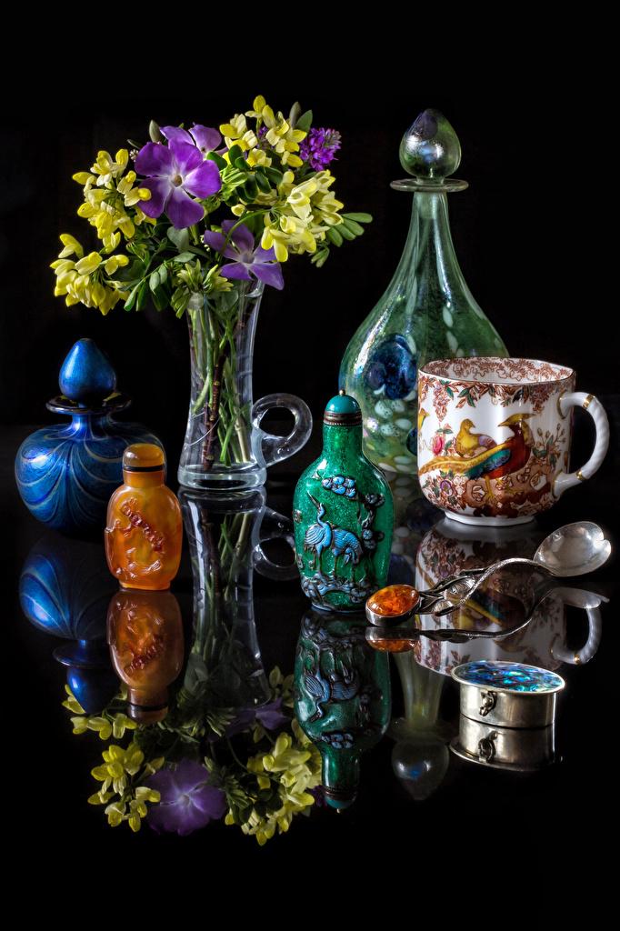 Картинка Букеты Цветы Фрезия отражается Ваза Чашка Бутылка Натюрморт Черный фон букет цветок Отражение отражении вазе вазы чашке бутылки на черном фоне