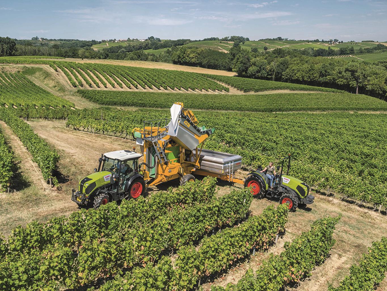 Фотографии Сельскохозяйственная техника Трактор Claas Nexos 250 VL Claas Nexos 210 F Природа Поля Кусты