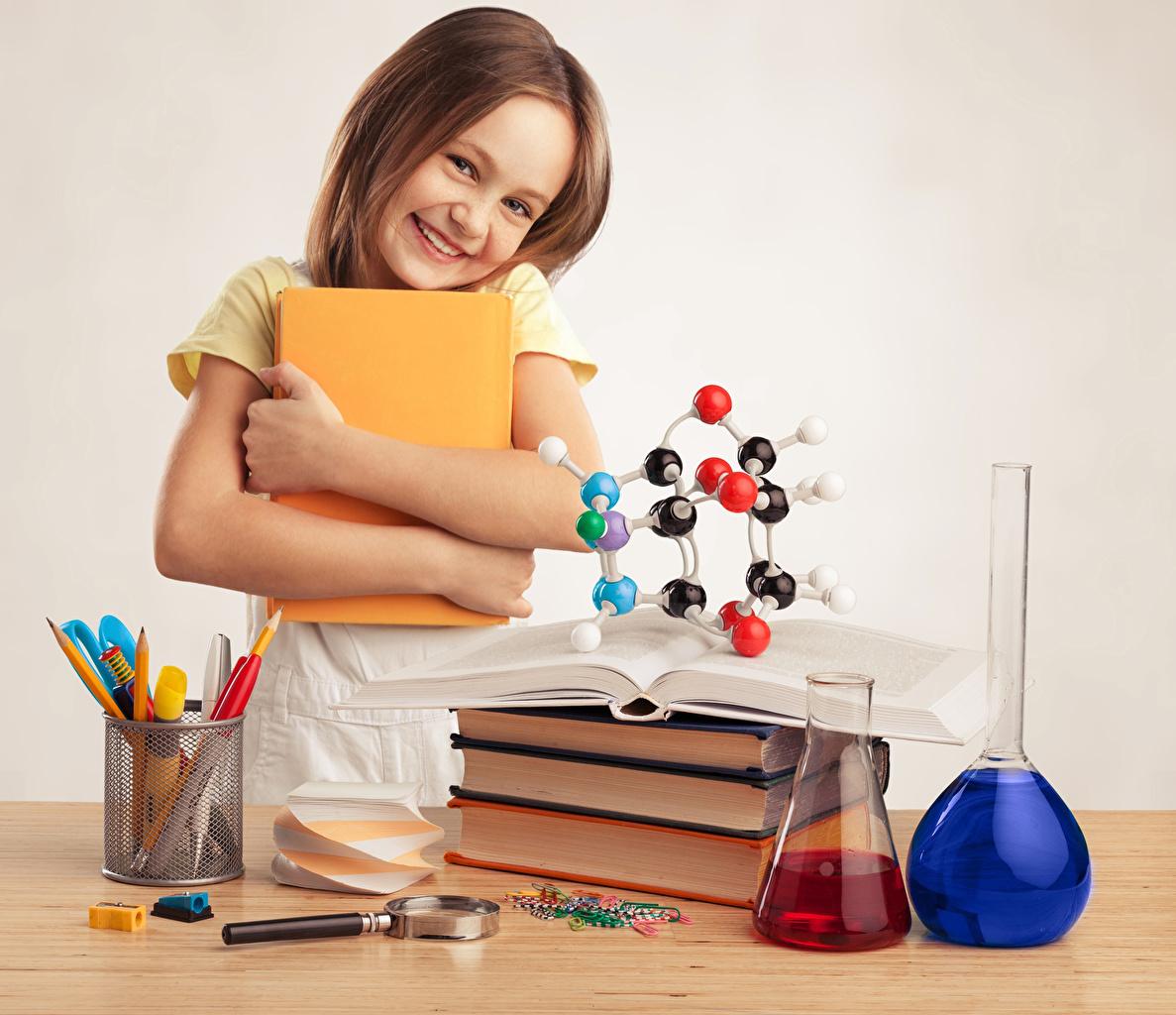 Картинка Девочки Школа Увеличительное стекло Улыбка Ребёнок Книга школьные Лупа Дети