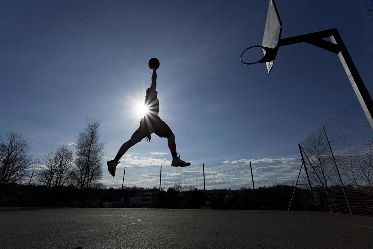 Фото Лучи света Мужчины Баскетбол спортивный прыгать Мяч мужчина Спорт спортивная спортивные Прыжок прыгает в прыжке Мячик