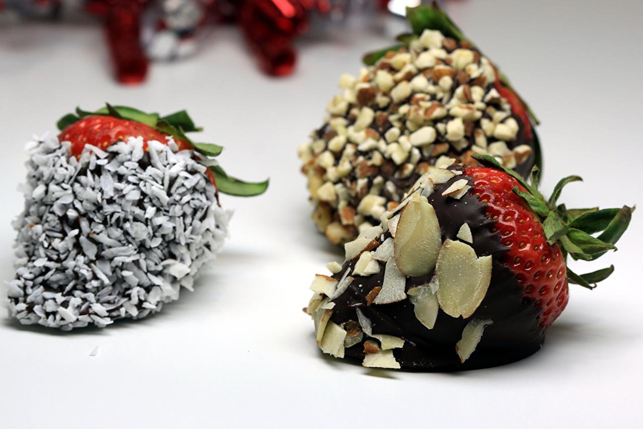 Картинки Шоколад Клубника Продукты питания Орехи сладкая еда Еда Пища Сладости