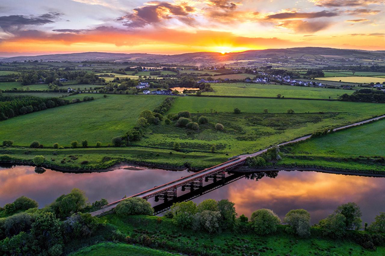 Фотография Великобритания Northern Ireland, Tyrone мост Природа Поля рассвет и закат речка Сверху Мосты Рассветы и закаты Реки река