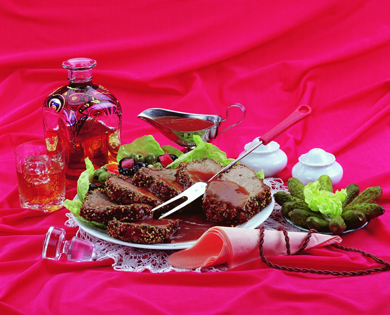 Картинки Вино Огурцы стакана нарезка Тарелка Бутылка Продукты питания Мясные продукты Стакан стакане Еда Пища тарелке бутылки Нарезанные продукты