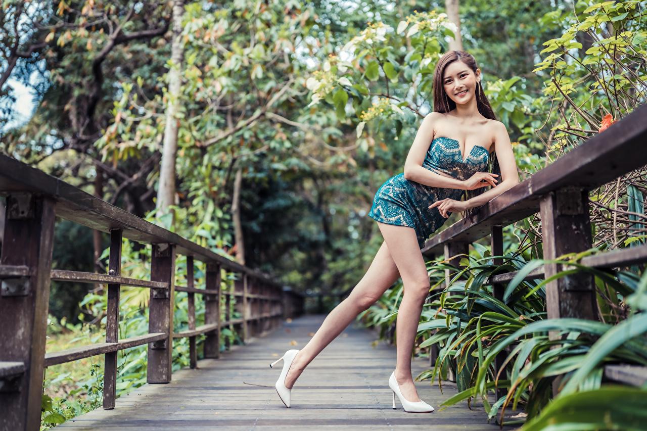 Фотография Улыбка Поза молодые женщины Ноги азиатки смотрит платья улыбается позирует девушка Девушки молодая женщина ног Азиаты азиатка Взгляд смотрят Платье